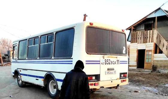 человек стоит возле автобуса