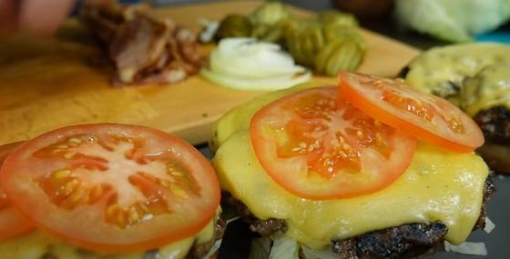 На бургер кладется помидор