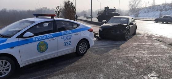 Поврежденный автомобиль стоит возле полицейского автомобиля