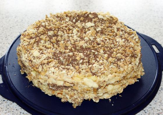 Торт «Наполеон» с измельченным шоколадом и оре