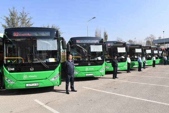 Водители стоят рядом с автобусами