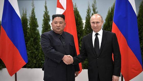 Путин Ким Чен Ынға медаль тақты