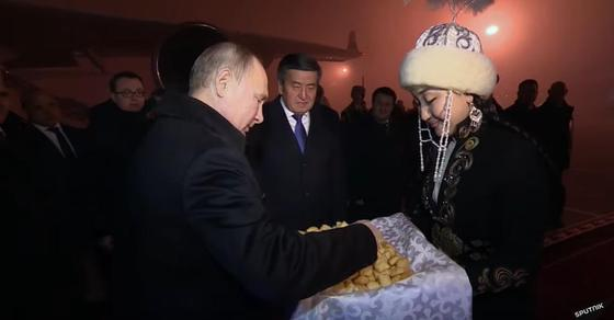 Самолет с Шойгу сел в Алматы вместо Бишкека, а пилот Путина справился (видео)