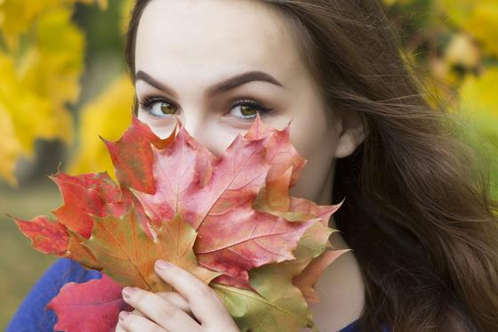 Девушка держит букет из листьев