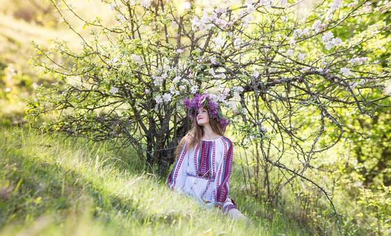 Девушка в венке под кустом в цветах