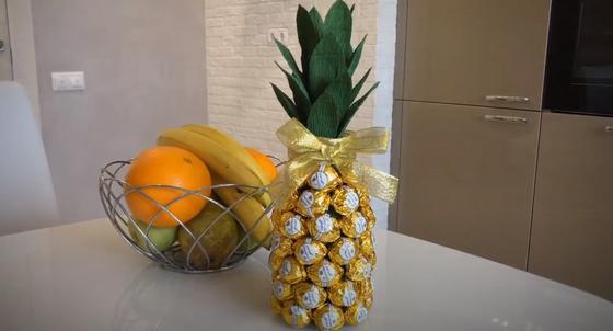Ваза с фруктами и ананас из шампанского и конфет