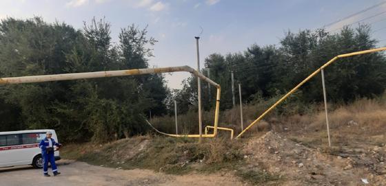 Разрушенный арочный переход газопровода