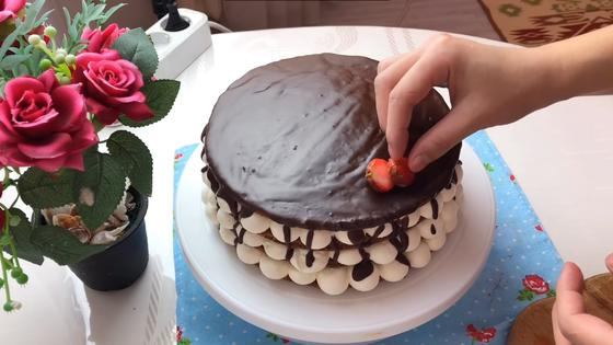 Украшение торта клубникой и шоколадной глазурью
