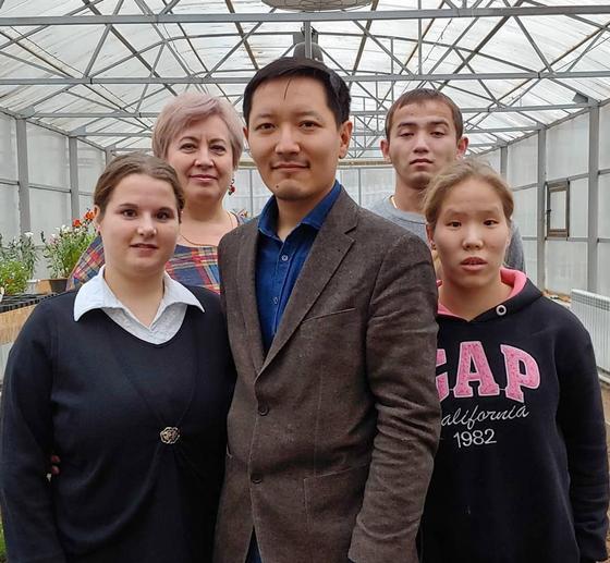 Воспитанники Дома юношества выращивают овощи для трёх детских домов в Павлодаре