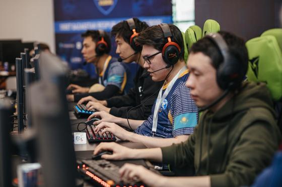 Геймеры играют на компьютерах