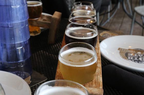 Разные сорта пива в бокалах на столе