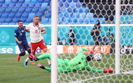 Через секунду мяч от спины Щесны влетит в ворота Польши