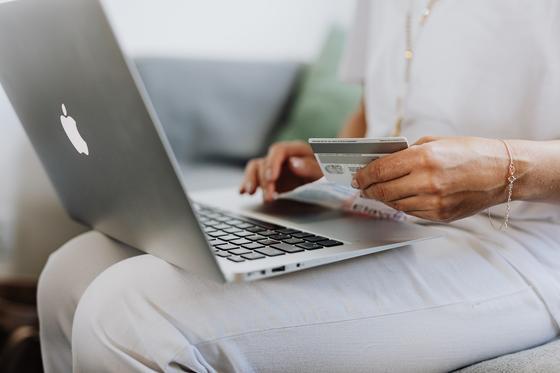 девушка с ноутбуком и платежной картой