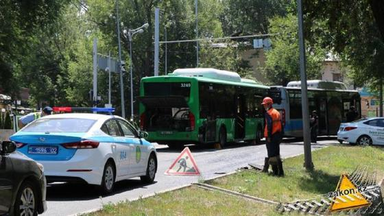Два автобуса столкнулись в Алматы: девять человек госпитализированы