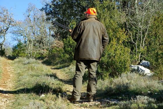 Охотник держит ружье