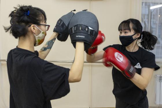 На тренировках девушки учатся элементам бокса