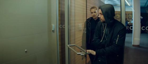 Мужчина и женщина идут по зданию. Кадр из фильма «Герой» (2019)