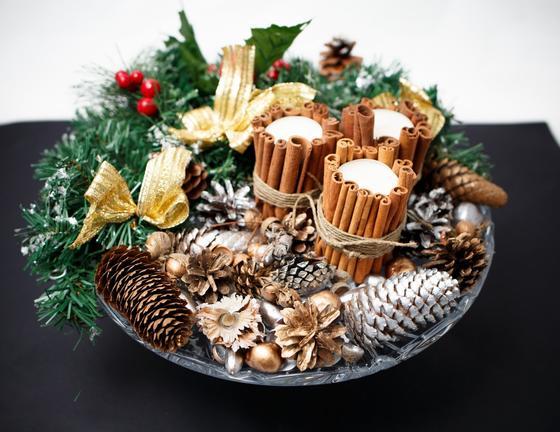 Свечи, шишки, ветка ели, оформленные для праздника