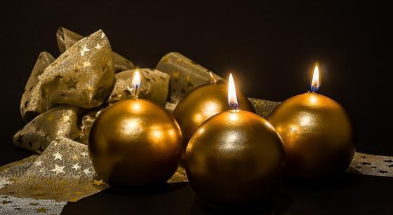 Горят свечи в виде шаров
