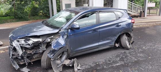 Один из автомобилей, поврежденных в результате ДТП