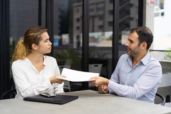 Мужчина и женщина держат бумаги