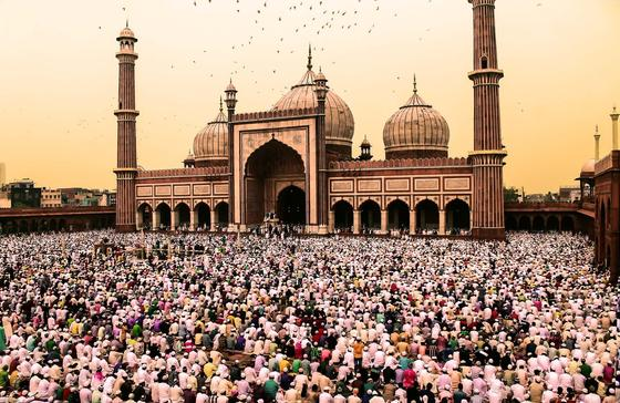 Мусульмане возле мечети