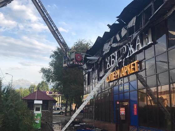 Супермаркет горит в Алматы