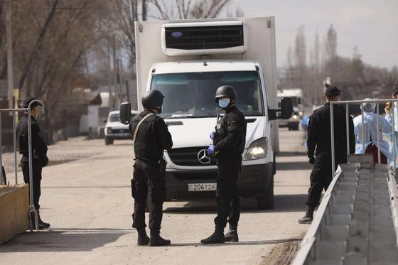Алматыға кіреберістегі блокбекеттер күшейтілді: полиция себебін айтты (видео)