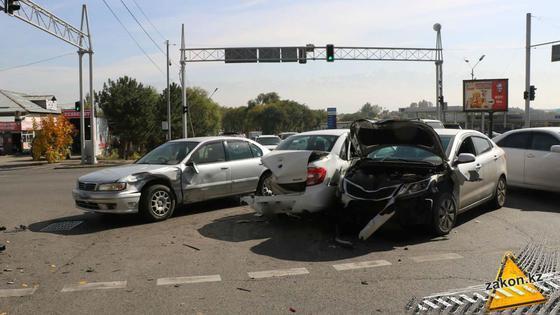 Несколько авто столкнулись на перекрестке