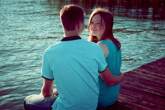 Девушка и парень на берегу водоема