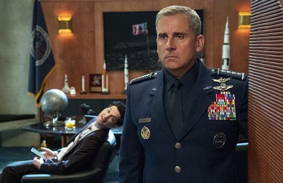 Генерал стоит в кабинете. Кадр из сериала «Космические силы»