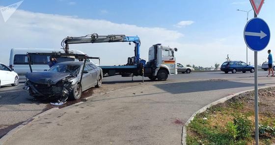 Эвакуатор увозит поврежденную Toyota Camry 40