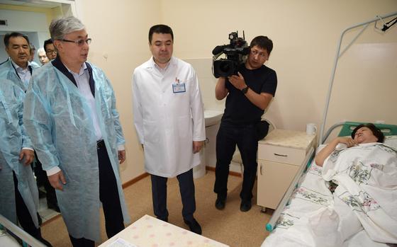 Токаев посетил в больнице Шымкента пострадавших от взрывов в Арыси (видео)