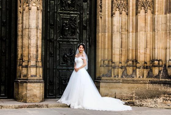 Невеста в платье с длинным шлейфом