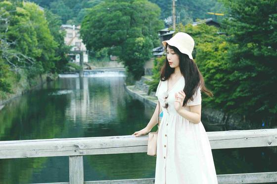 девушка возле реки