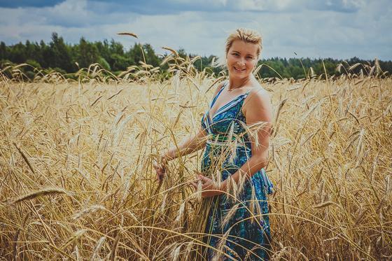 Русская девушка на пшеничном поле