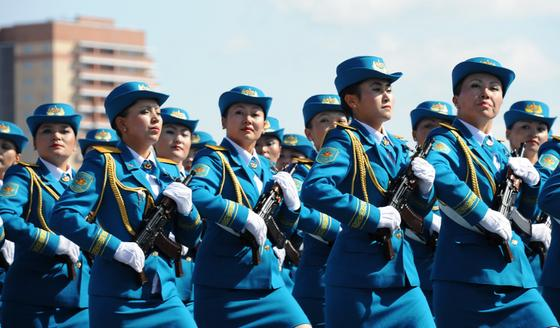 Строй девушек-военнослужащих