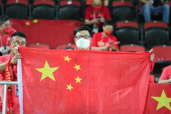 Парень держит китайский флаг