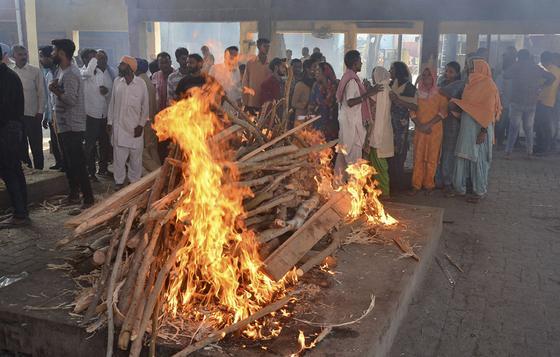 Женщина пришла домой после своей кремации в Индии