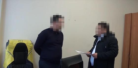 Задержание подозреваемого в коррупции чиновника показали на видео в Алматы