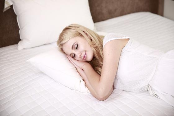Девушка улыбается во сне