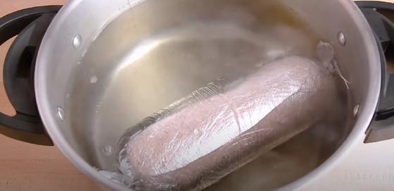 Колбаса в кастрюле с водой