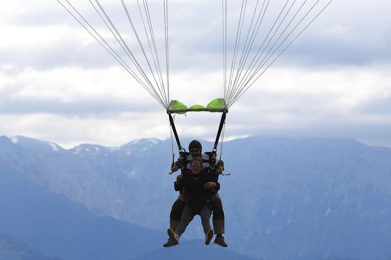 Пара в тандеме прыгает с парашютом
