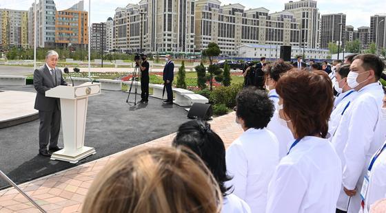 Президент Казахстана Касым-Жомарт Токаев выступает перед медработниками