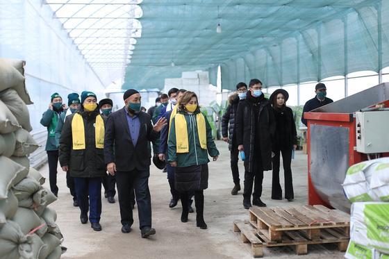 Карлыгаш Аралбекова и Болатбек Кыстауов на встрече с фермерами