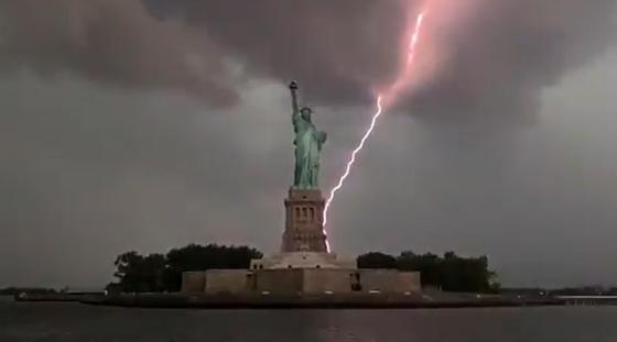 """""""Абсолютно невероятно"""": молния ударила в Статую Свободы в США (видео)"""