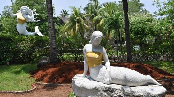 В Индонезии статуям русалок прикрыли грудь золотыми топами