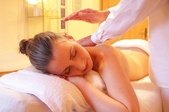 Женщине делают массаж