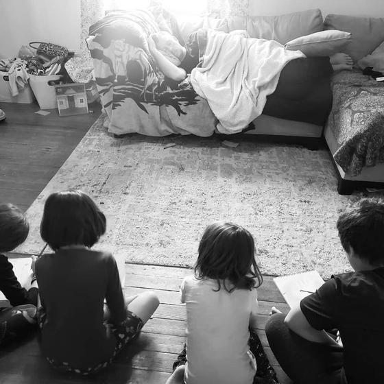 Папа придумал лайфхак, как одновременно спать и присматривать за четырьмя детьми