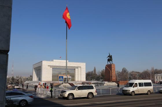 Сутки до визита Токаева: что происходит на площади Бишкека (фото)